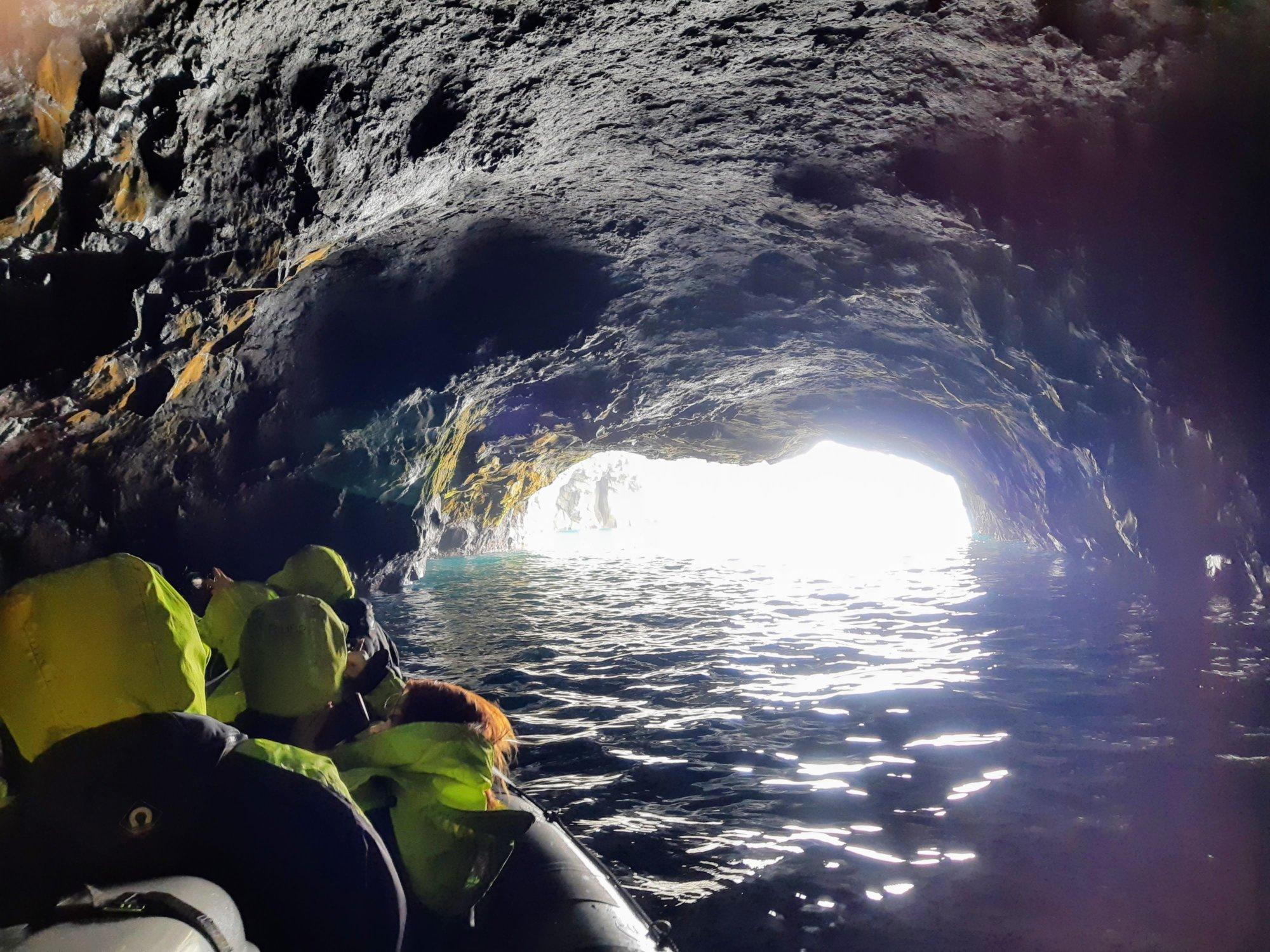 Ponton w morskiej jaskini na Wyspach Owczych
