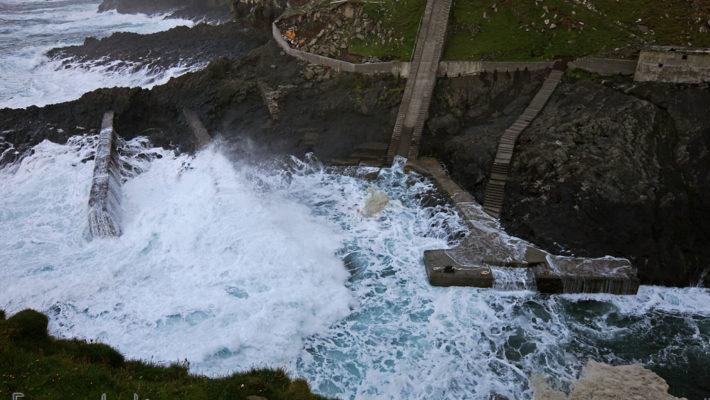 Wzburzone morze w porcie na Mykines