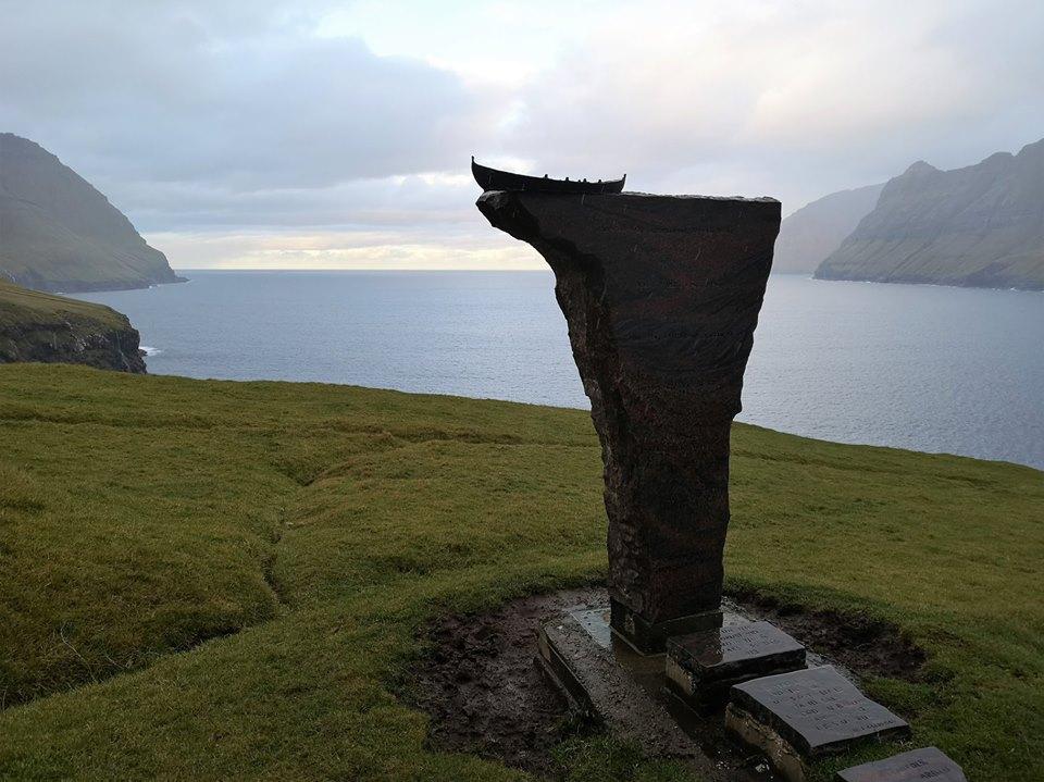 Pomnik w osadzie Skarð