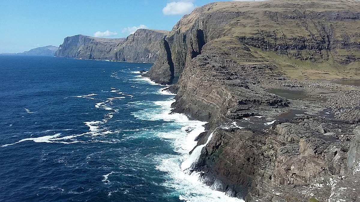 Widok na Wodospad Bøsdalafossur. Wyspy Owcze