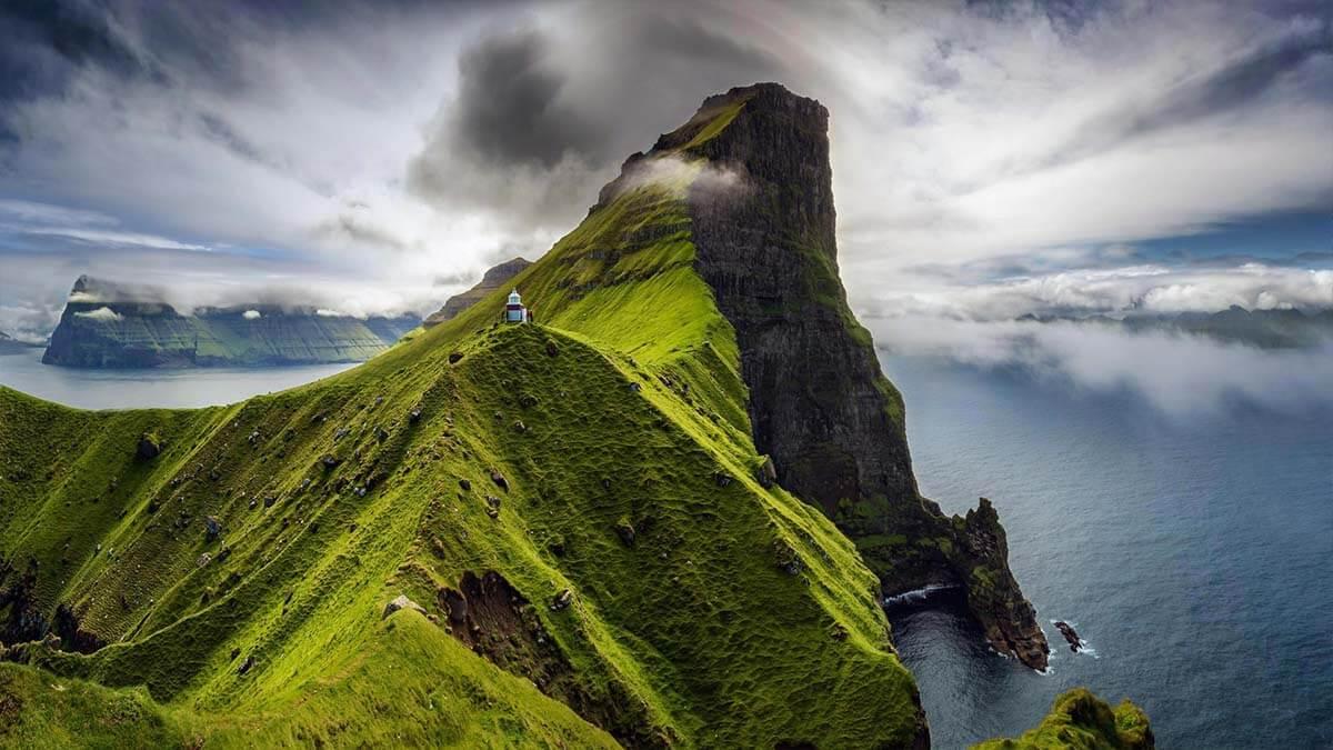 Latarnia Kallur na wyspyie Kalsoy w archipelagu Wysp Owczych