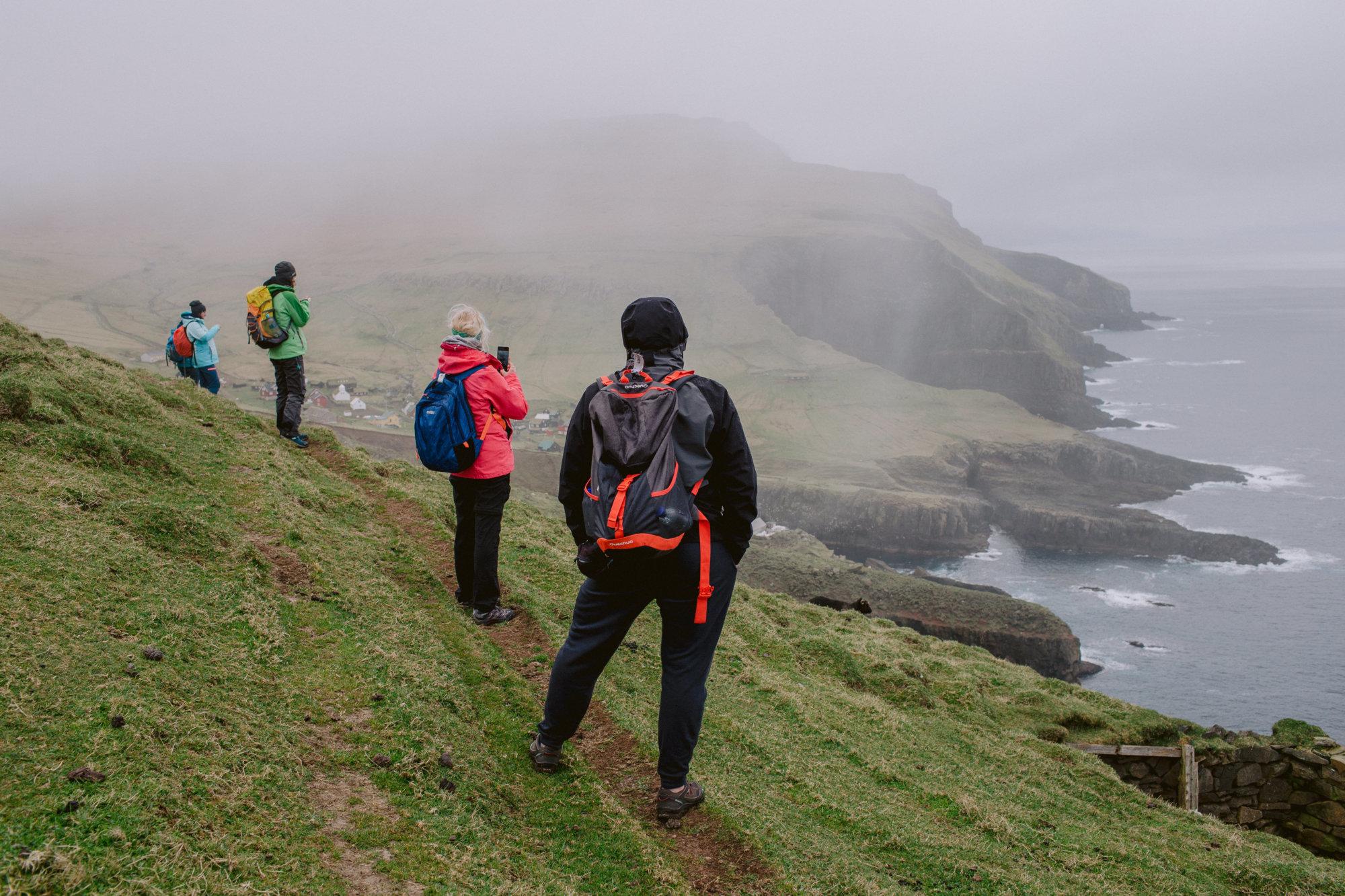 Turyści podziwiają wybrzeże Mykines na Wyspach Owczych