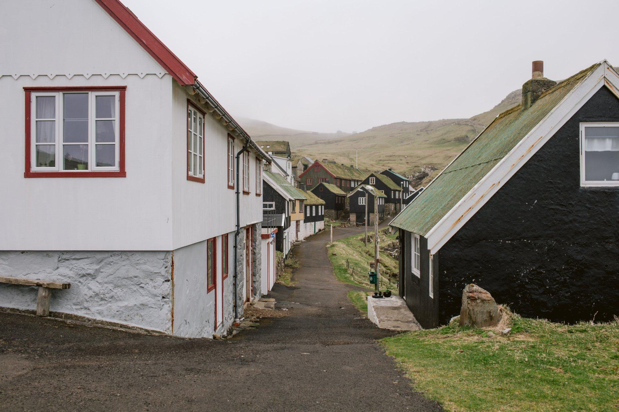Opustoszałe uliczki Mykines na Wyspach Owczych