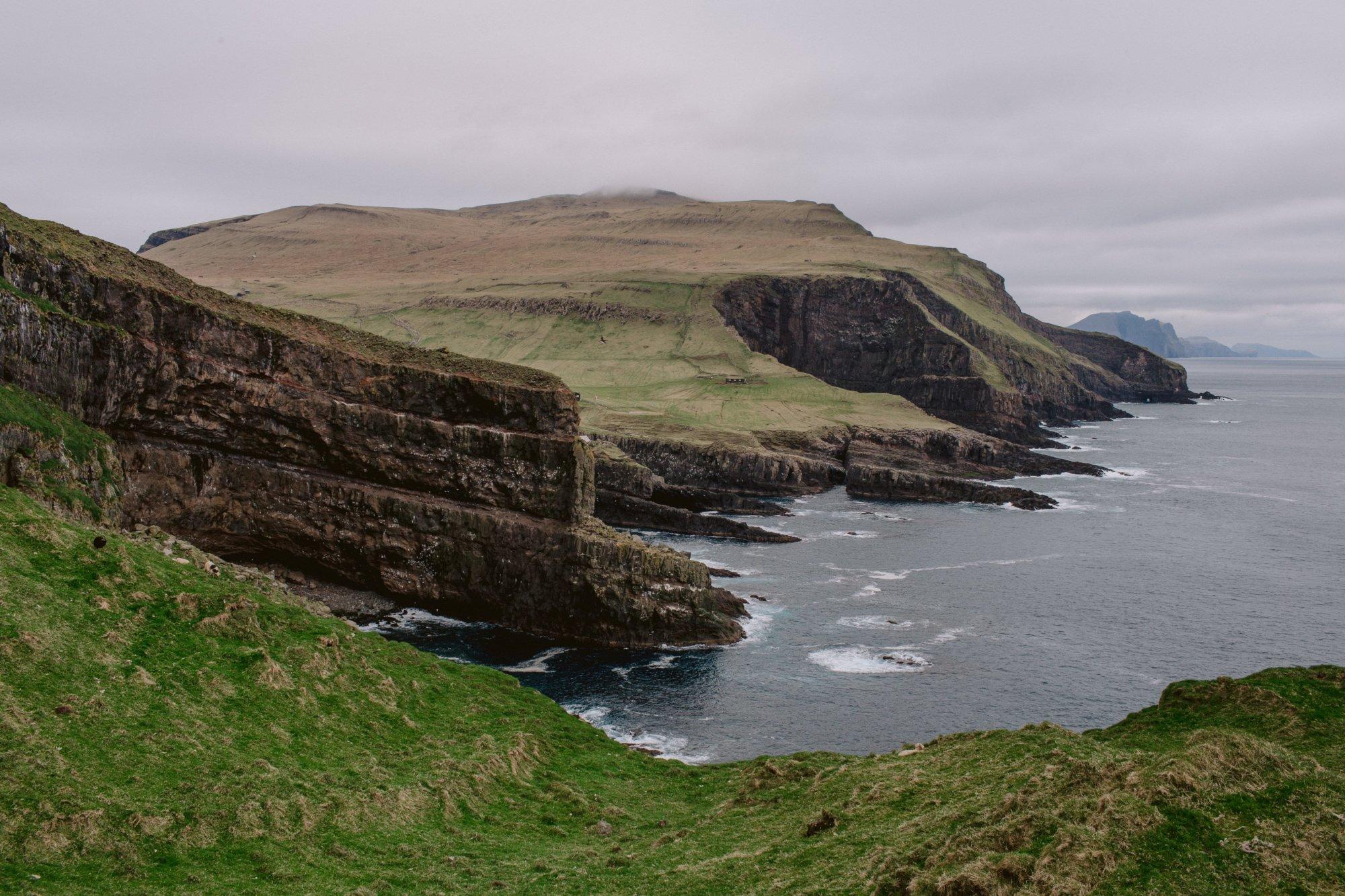 Poszarpane wybrzeże Mykines na Wyspach Owczych