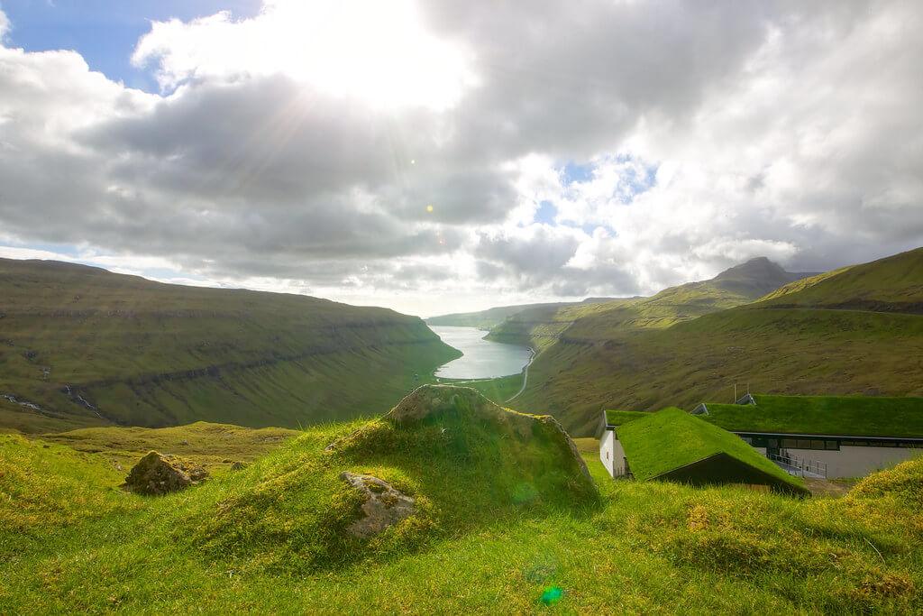 Widok z farerskiego aresztu na dolinę mgieł