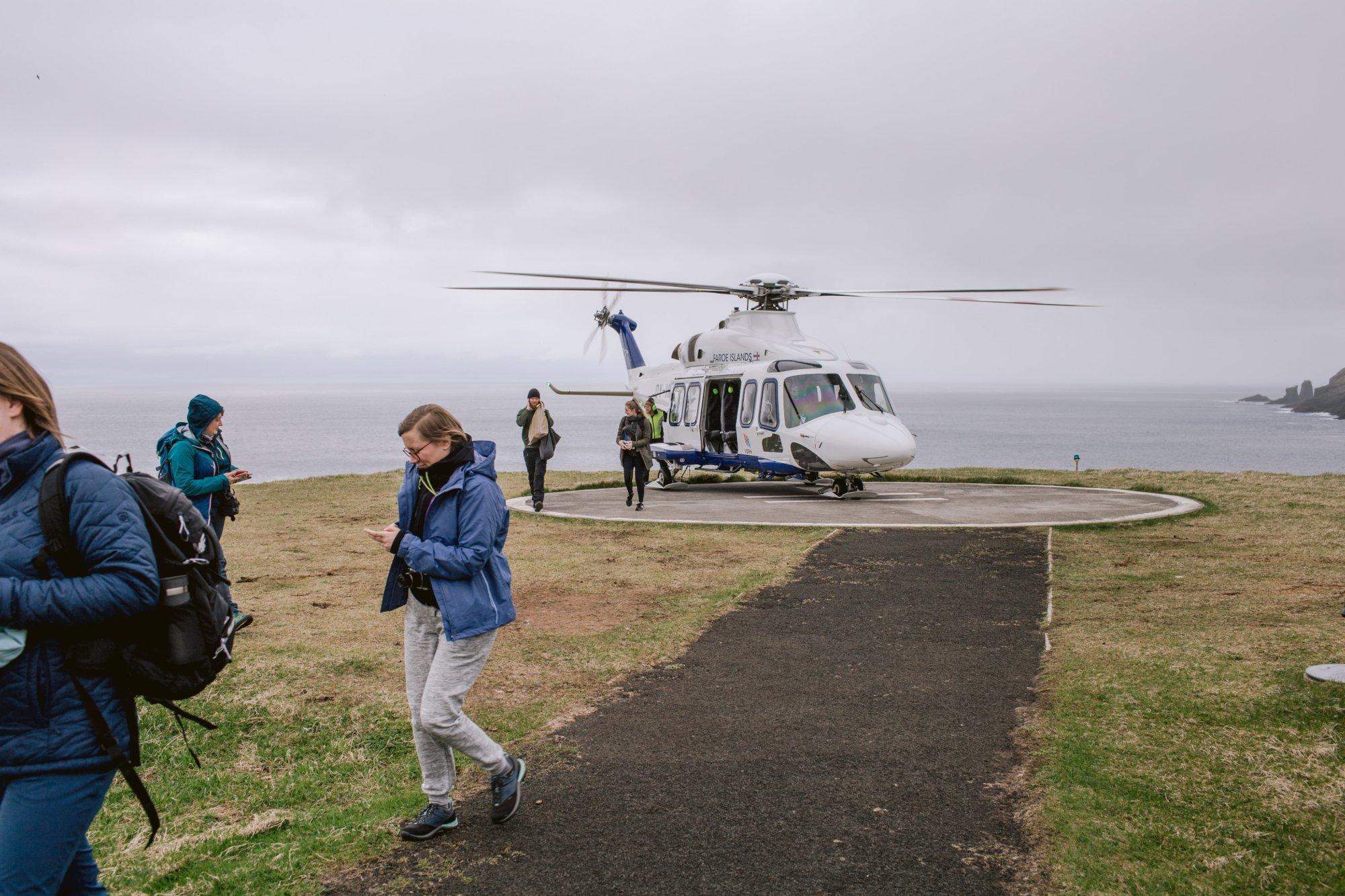 Helikopter w oczekiwaniu na pasażerów, Mykines na Wyspach Owczych