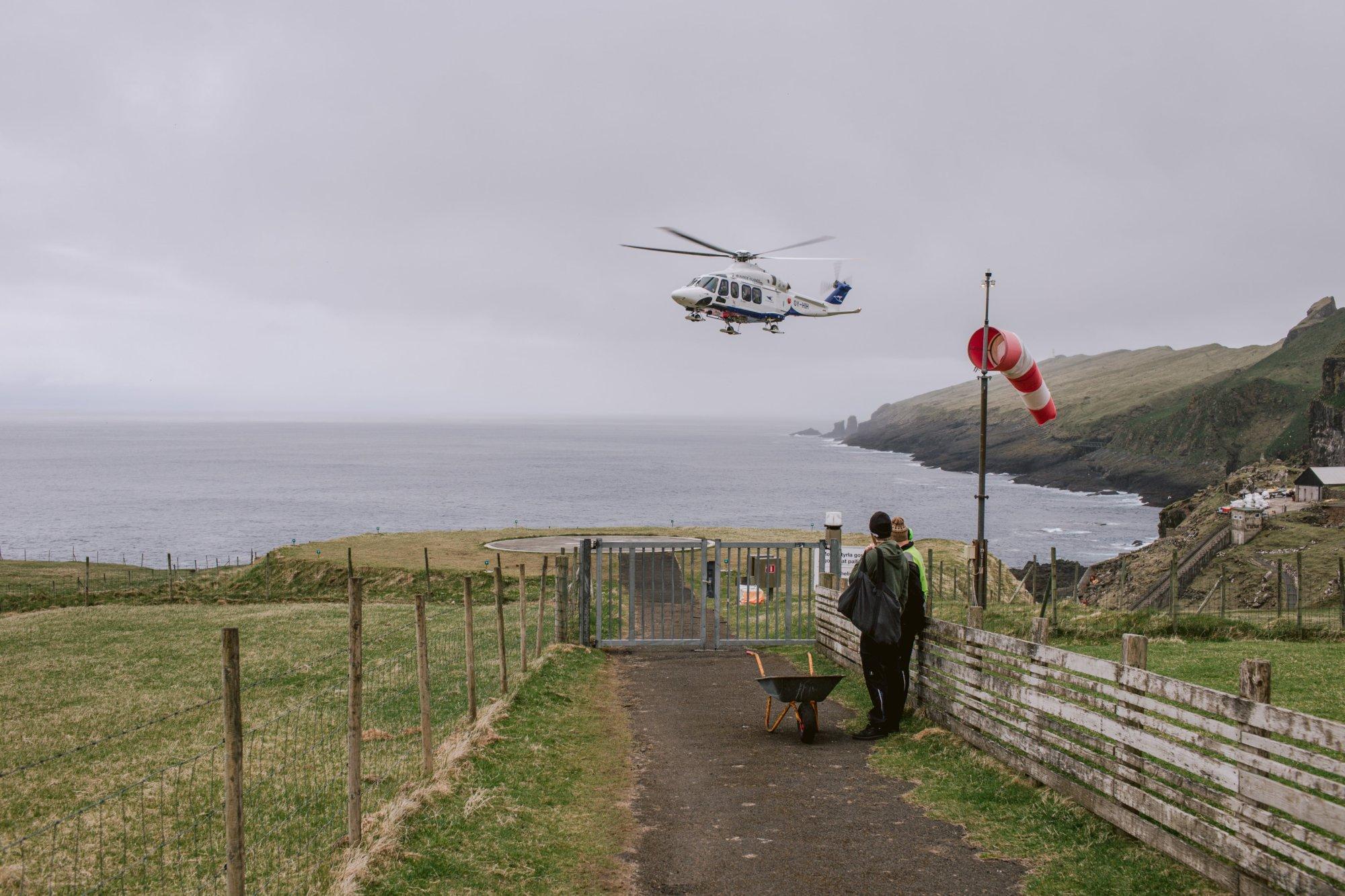 Podejście do lądowania helikoptera Atlantic Airways na Mykines, Wyspy Owcze