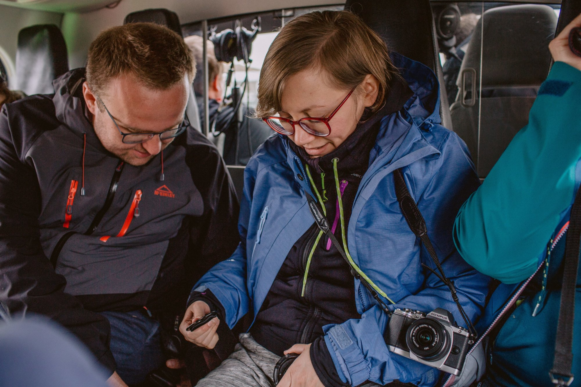 Pasażerowie zapinają pasy na pokładzie helikoptera na Wyspach Owczych