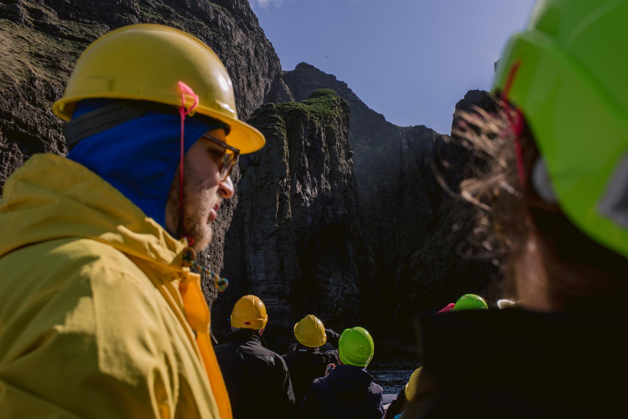 Turyści na wycieczce do klifów Vestmanna