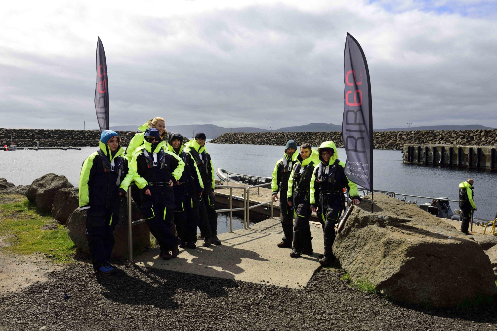 Przygotowania do rejsu szybkim pontonem typu RIB na Wyspach Owczych