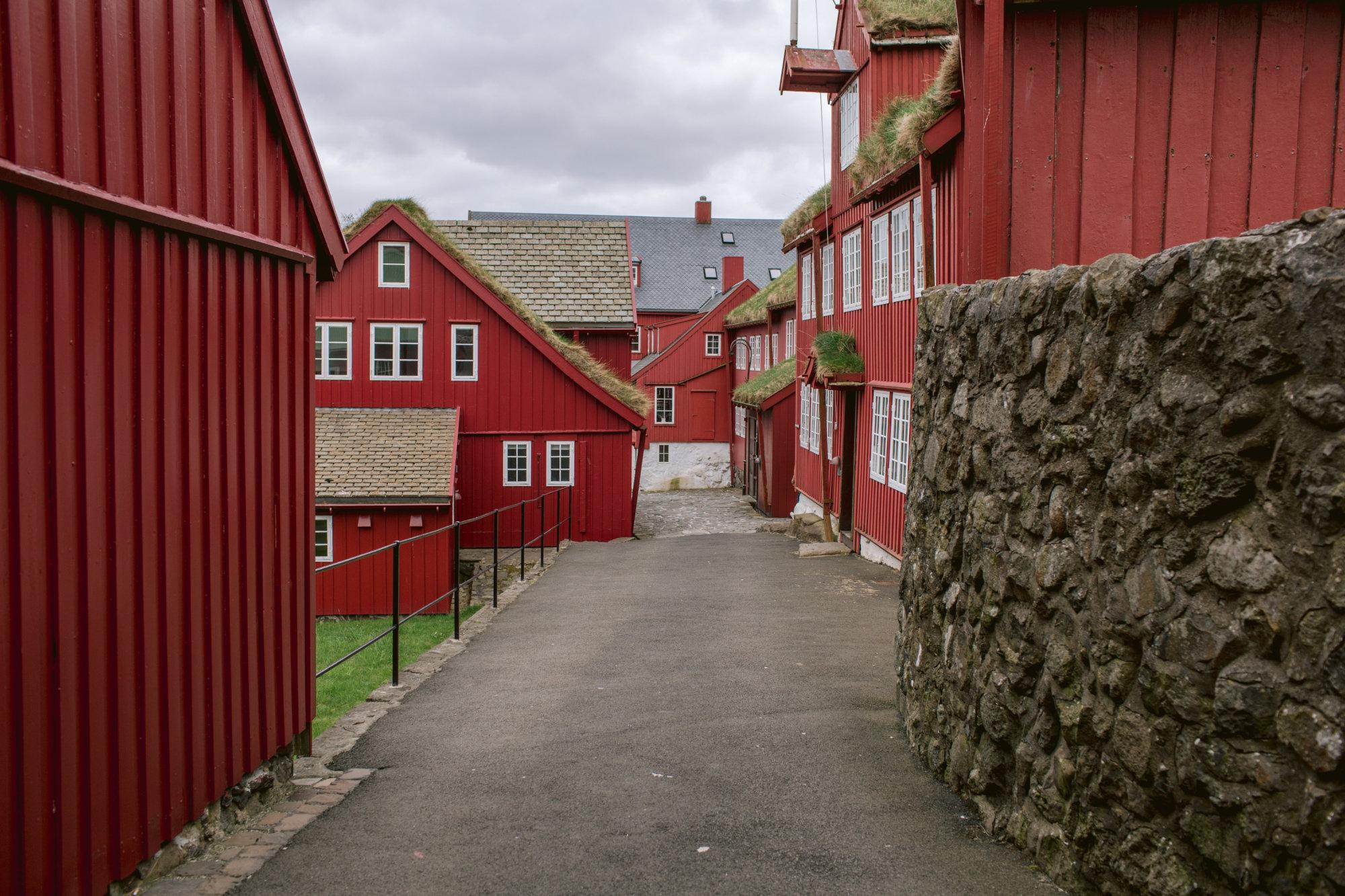 Widok na wnętrze zabudowań na półwyspie Tinganes na Wyspach Owczych