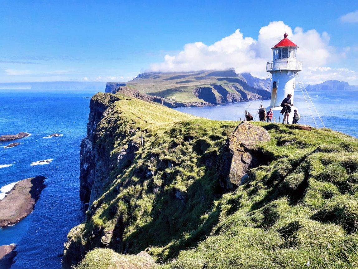 Widok na latarnie na Mykinesholmur na Wyspach Owczych