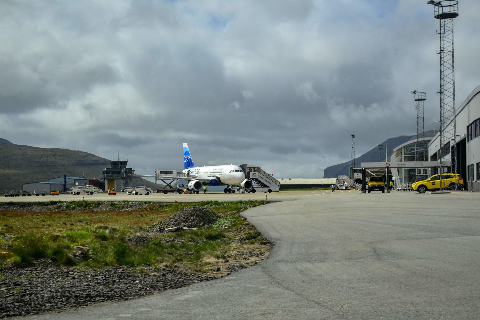 Samolot linii lotniczych Atlantic Airways na lotnisku na Wyspach Owczych