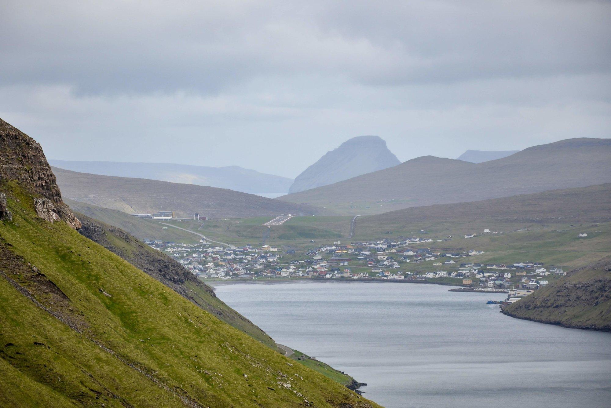 Pas startowy lotniska na Wyspach Owczych widziany z zachodu