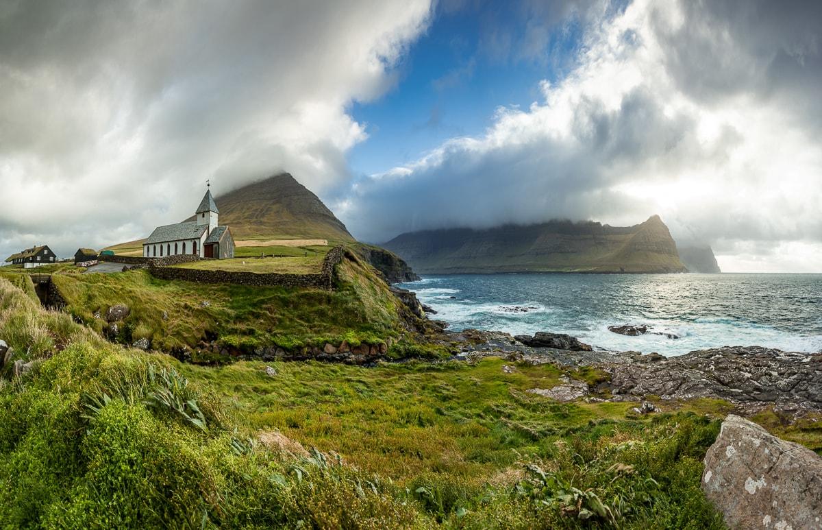 Kościół w Viðareiði widziany od strony morze